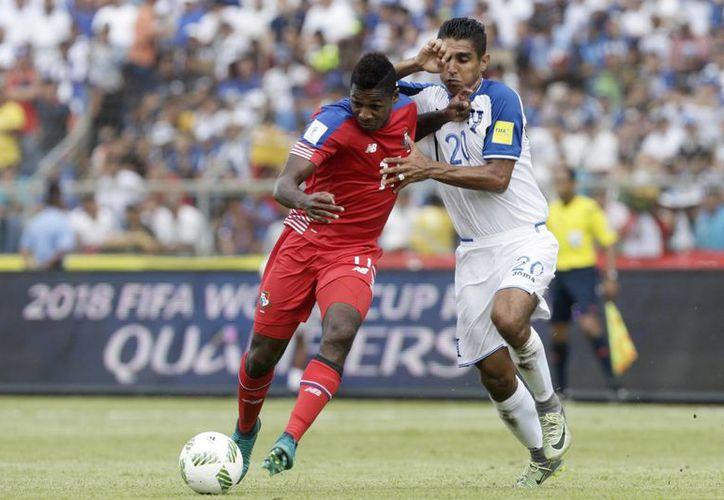 Escobar anotó el único tanto del partido, apenas a los 22 minutos del juego número uno del Hexagonal Final. En la foto Luis Ovalle de Panamá disputa el balón con el hondureño Jorge Claros.(Arnulfo Franco/AP)