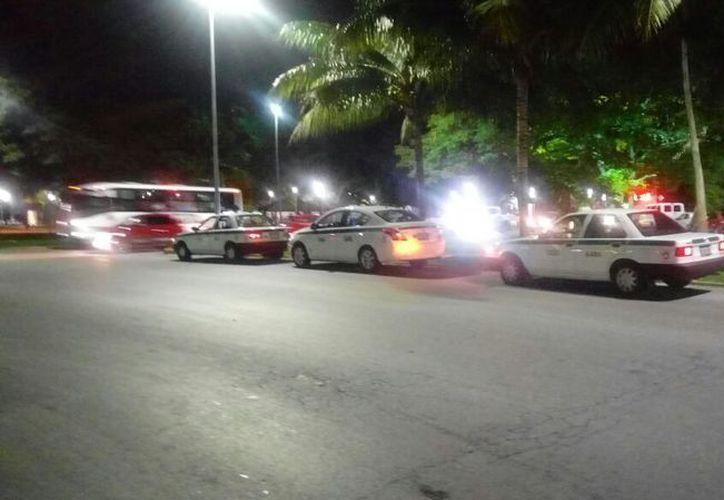 El bloqueo se realizará en unos minutos, en ambos sentidos del bulevar Kukulcán, en Cancún, Quintana Roo. (SIPSE)