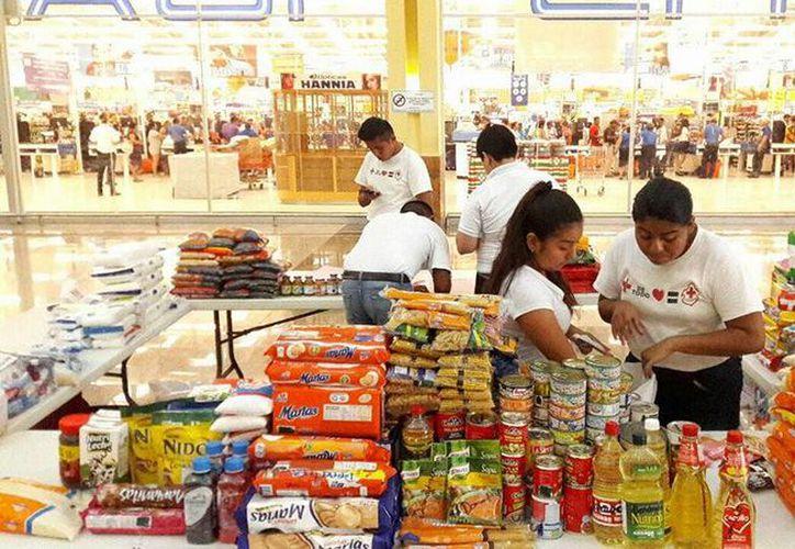 Los jóvenes del club de autos New Time Chetumal, estuvieron a las afueras de Soriana y Cinemex recolectando donaciones. (Joel Zamora/SIPSE)