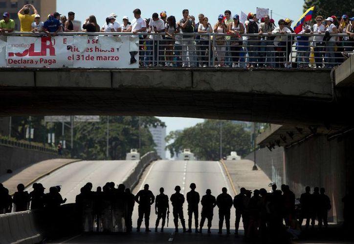 Mientras en Venezuela continuaban las protestas, el presidente Nicolás Maduro anunciaba el plan de 'tarjeta de abastecimiento seguro', que muchos consideran es una medida de racionamiento como las que se aplican en Cuba. (Agencias)