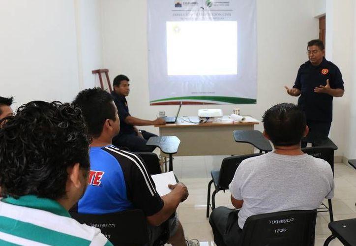 Ayer inició un curso de primeros auxilios dirigido a choferes del sindicato de taxistas de la isla.   (Redacción/SIPSE)