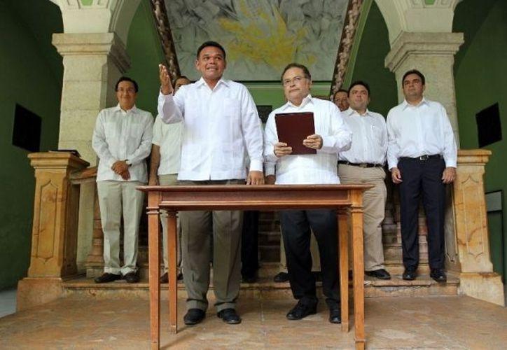 Acompañado del secretario General de Gobierno, Víctor Caballero Durán y diversos funcionarios estatales, el mandatario estatal firmó la iniciativa enviada al Congreso. (Cortesía)