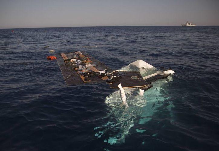 Los restos de un barco hundido en el Mar Mediterráneo cerca de Sabrata, Libia. (AP/Emilio Morenatti)