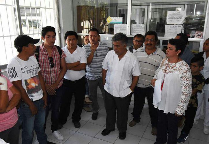 El sub secretario de Salud, Luis Ángel Blanco, escuchó las quejas y prometió una solución. (Alejandro Poot/SIPSE)