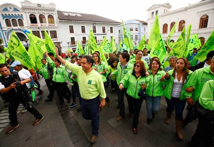 El alcalde de Quito y aspirante a la reelección, Augusto Barrera (centro), saluda a sus seguidores, durante el inicio de la campaña electoral, en Quito, Ecuador. (EFE)