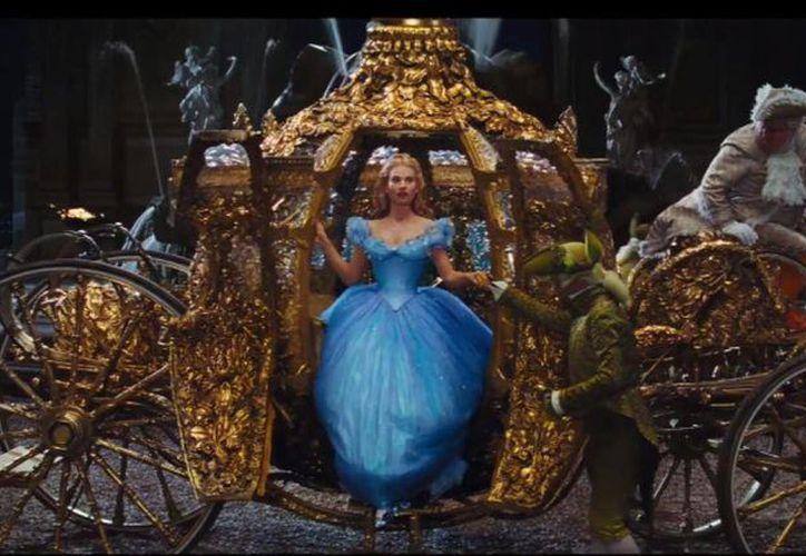 El tráiler culmina con la llegada de Cenicienta al baile y la pérdida de su zapatilla de cristal. (YouTube)