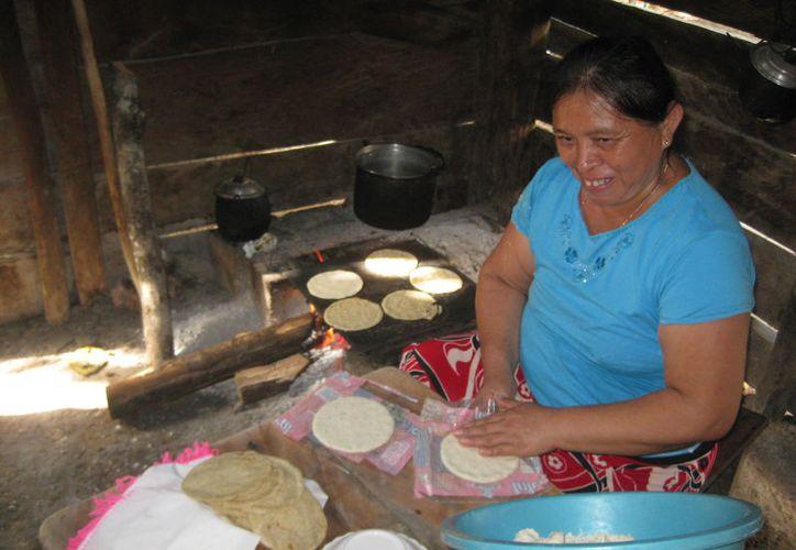 En las comunidades rurales de Quintana Roo aún se opta por cocinar directo en el comal sostenido con piedras. (Javier Ortiz/SIPSE)