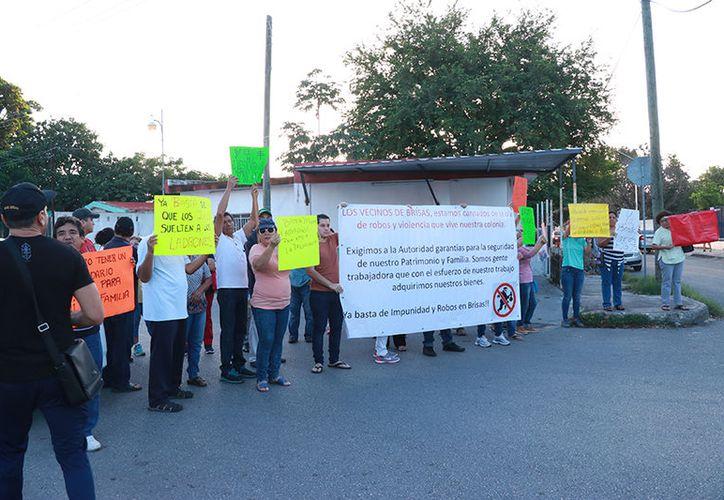 Los manifestantes portaban carteles en los que se quejaban de la delincuencia. (Jorge Acosta/ Milenio Novedades)