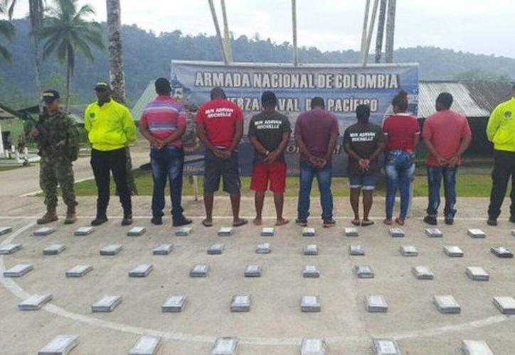 Imagen de contexto de la detención de 7 colombianos incautados con 696 kilos de cocaína los cuales pretendían ser comercializados en el extranjero. (@PoliciaColombia)
