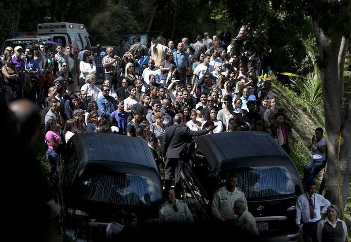 Decenas de personas acompañaron a Mónica Spear en su último viaje; el padre de la ex Miss Venezuela agradeció las inesperadas muestras de cariño hacia su hija, asesinada el lunes pasado. (Agencias)
