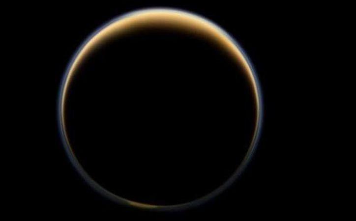 La agencia ya había detectado en la misma luna gases componentes del petróleo. (NASA)