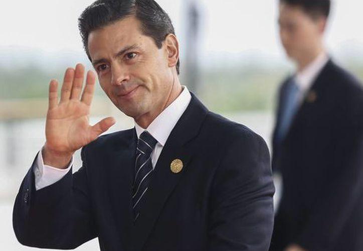 El mandatario Peña Nieto declaró que asumía su responsabilidad por invitar al candidato republicano a México. (Rolex Dela Pena/vía AP)