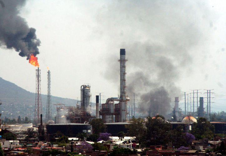 Explosión en  refinería de Salamanca deja cuatro muertos y cuatro heridos. (Noticias MVS)