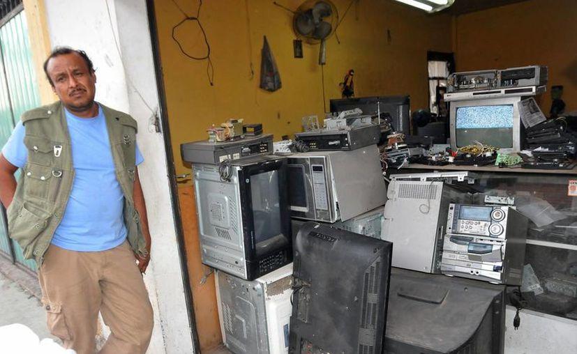 México es el primer país en América Latina que apaga completamente las señales de televisión analógica. Fotografía de un taller de electrónica con varios televisores viejos. (Notimex)