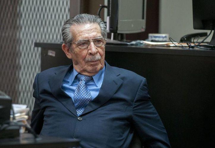 El exdictador Efraín Ríos Montt se durante el anuncio de la suspención del juicio en su contra. (Agencias)