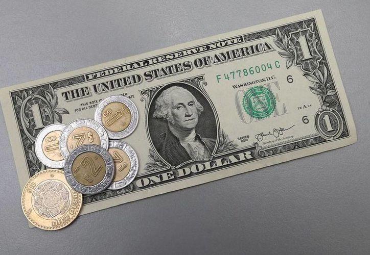 El peso sigue perdiendo terreno ante el dólar. En los bancos, el billete verde cuesta 17.18 pesos mexicanos. La imagen es únicamente ilustrativa. (Notimex)