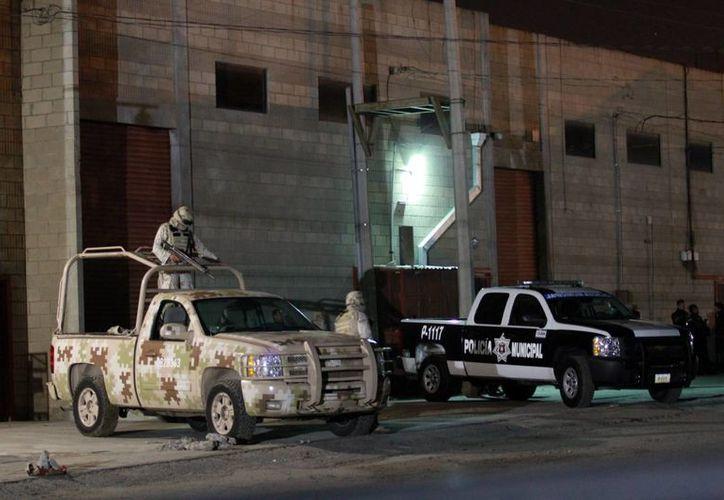 Elementos del Ejército Mexicano resguardan una bodega donde se encuentra una de las salidas del narcotúnel localizado en Otay, a escasos 100 metros de la frontera con EU. (Notimex)