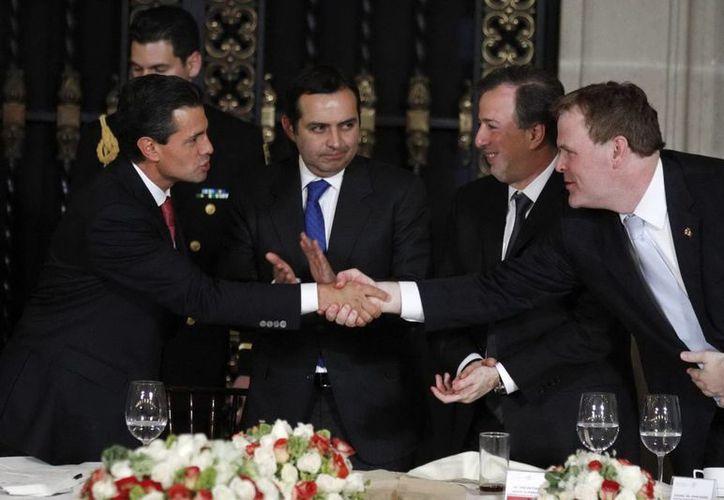 El presidente Peña Nieto saluda de mano al canciller John Baird. (Agencias)