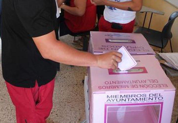 Los candidatos que buscan un lugar en la boleta electoral en Othón P. Blanco, Bacalar, Carrillo Puerto y José María Morelos, entregaron la documentación. (Redacción/SIPSE)