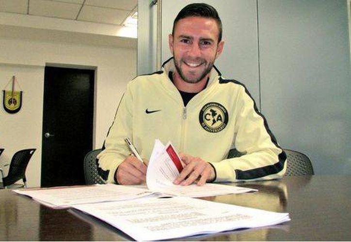 Miguel Layún, con la camiseta del América, firma su contrato para jugar con Granada en España. (Foto de Twitter)