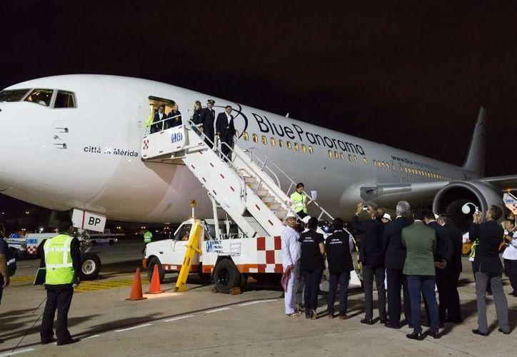El primer vuelo que conecta directamente Yucatán con Europa llegó anoche al aeropuerto de Mérida. Uno de los pasajeros fue el gobernador Rolando Zapata Bello. (yucatan.gob.mx)