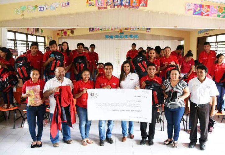 Jessica Saidén Quiroz, delegada del Conafe, con educadores comunitarios. (Foto cortesía del Gobierno de Yucatán)