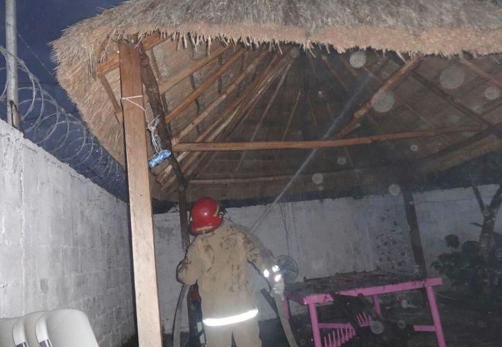 Durante el juego de los niños, una 'bombita' de pólvora cayó sobre el techo de la palapa. (Foto: Redacción/SIPSE)