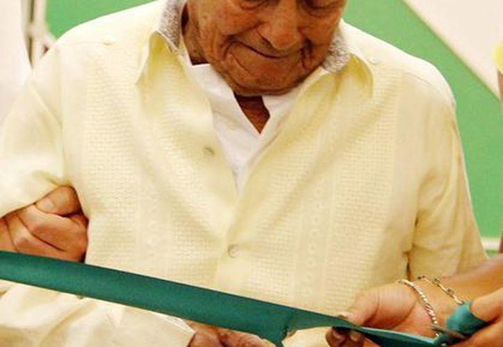 Don Filiberto Puc de Dzidzantún fue uno de los invitados especiales de la Expo Adulto Mayor 2014 en el Siglo XXI que cortó la cinta de inauguración. (Milenio Novedades)