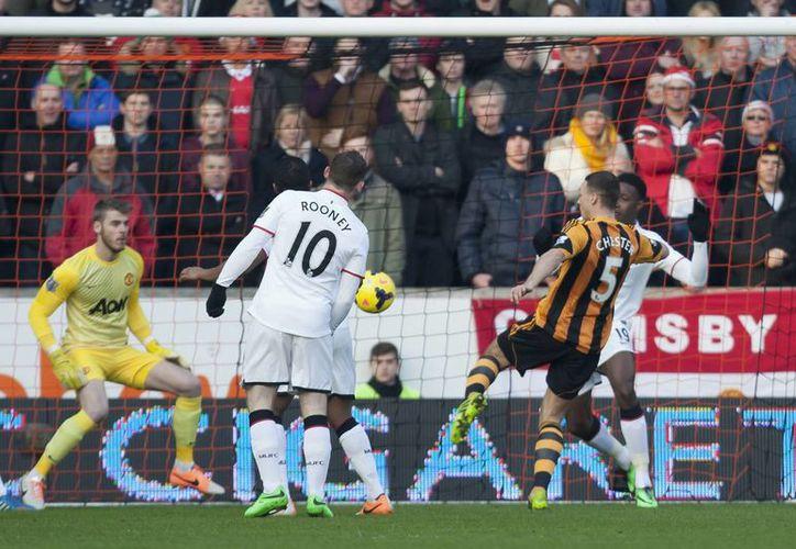 Después de un desastroso inicio de temporada, el Manchester United ahora ya ligó cinco partidos consecutivos con victoria. En la foto el tempranero gol de James Chester, del Hull. (Agencias)