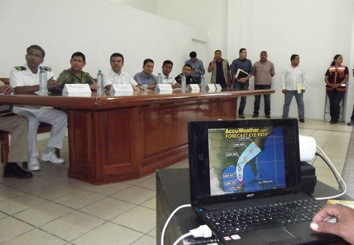 El comité durante el monitoreo  de la tormenta tropical. (Cortesía/SIPSE)