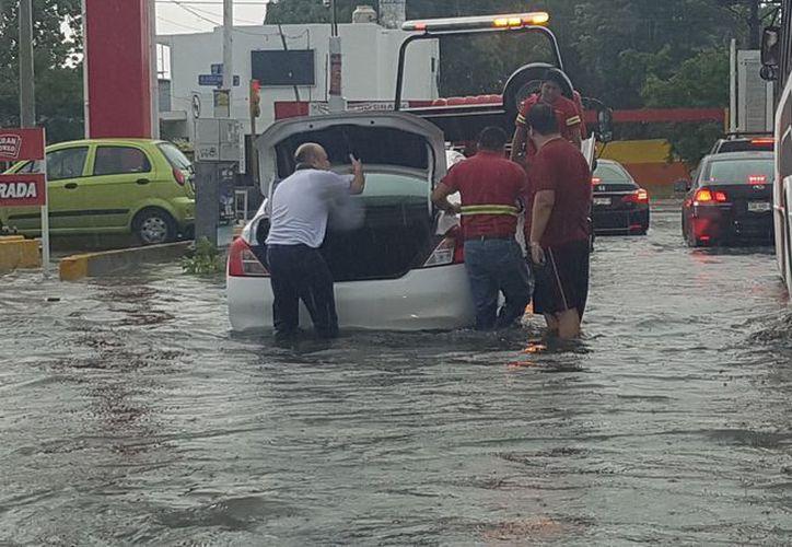 La lluvia causó estragos en varias arterias viales de la ciudad. (Cortesía: Mariana Nuñez)