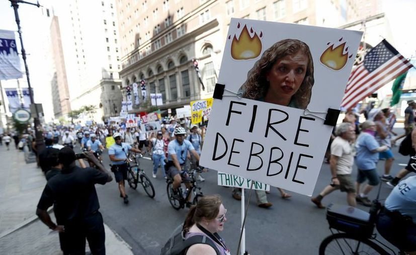 La presidenta del Partido Demócrata, Debbie Wasserman Schultz, anuncio su dimisión y  confirmó que solamente abrirá y cerrará la convención para nombrar oficialmente a Hillary Clinton como candidata presidencial del partido. (AP)