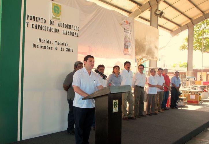 El titular de la Secretaría del Trabajo estatal entregó los apoyos. (Juan Albornoz/SIPSE)
