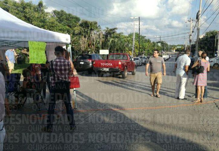 Los clientes afectados organizaron una manifestación y bloqueo de la avenida Cobá. (Foto: Sergio O.)