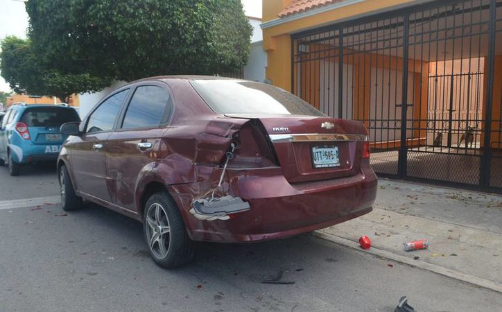 El coche chocado terminó con severos daños en la parte trasera tras el choque. (Carlos Navarrete/ SIPSE)