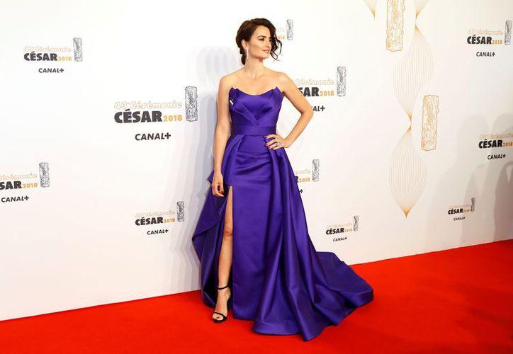 La actriz, Penélope Cruz 'desafió' el frío parisino con un vestido morado que le dejó al descubierto los hombros, en entrega de 'César de Honor'. (Vanguardia MX)