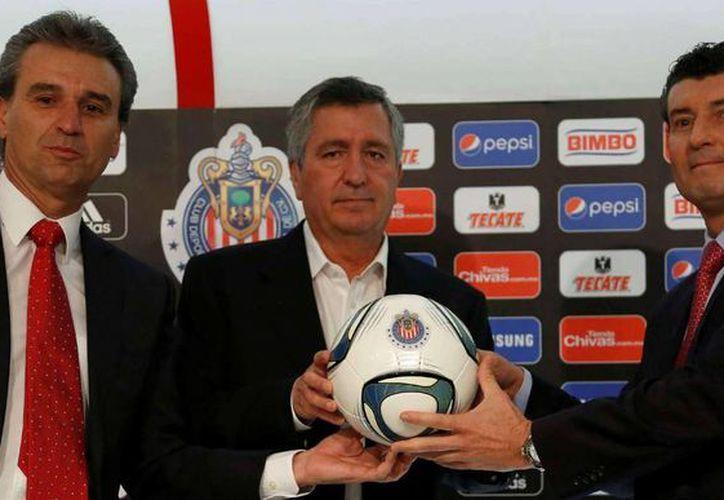 De i a d: Néstor de la Torre, Jorge Vergara y 'Chepo' de la Torre. Vergara despidió a ambos, que eran director deportivo y entrenador de Chivas de Guadalajara. (doblecinco.mx)