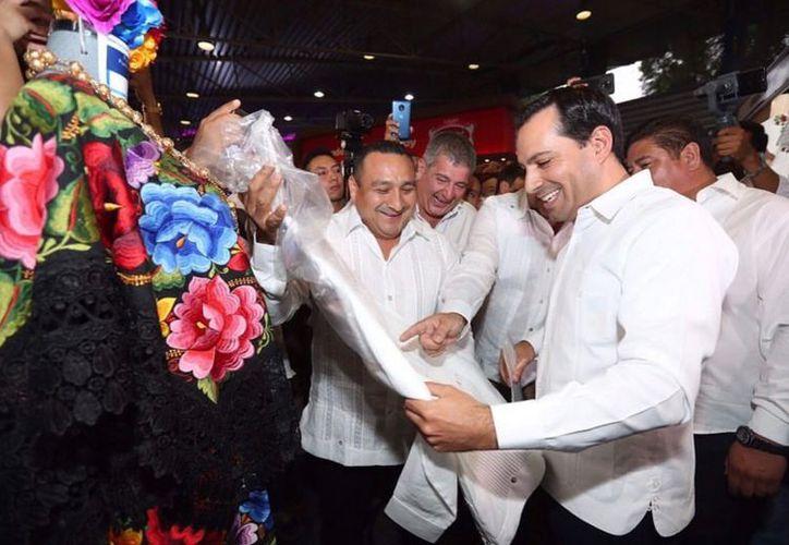 Constata el titular del Poder Ejecutivo la calidad de las prendas locales. (Novedades Yucatán)