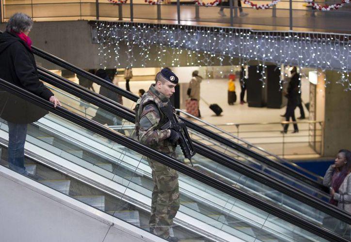Tras los atentados en París, se mantienen patrullajes y operativos de seguridad en toda Francia. Imagen de un soldado al realizar un patrullaje en la estación de tren Gare du Nord en París. (Agencias)