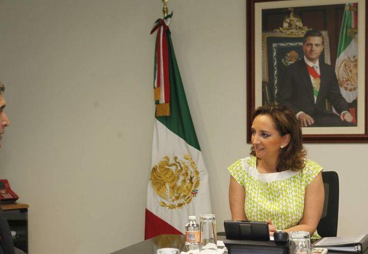 Claudia Ruiz Massieu se reunió con un ejecutivo de la línea aérea. (Cortesía/SIPSE)
