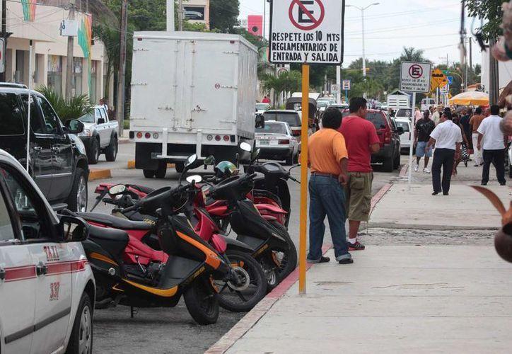 En Cozumel es común ver que los transportistas y ciudadanos en general no respetan los señalamientos ni los reglamentos de vialidad. (Gustavo Villegas/SIPSE)