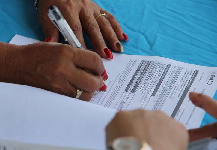 Piden revisar la póliza del Seguro Popular para constatar la fecha de vencimiento, porque se puede renovar el servicio. (Paola Chiomante/SIPSE)