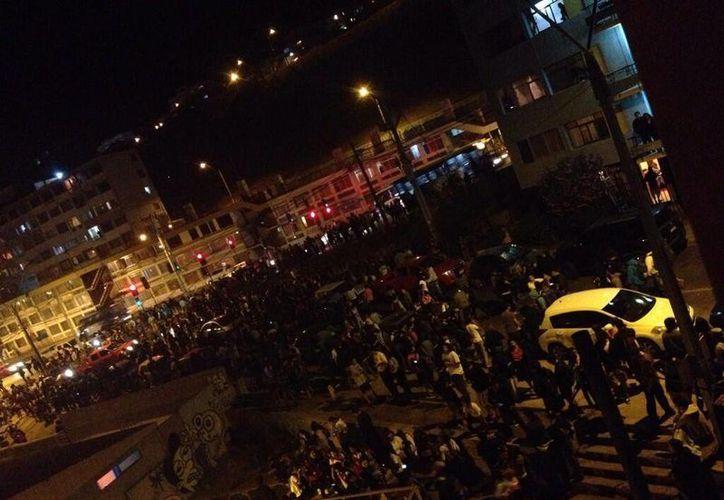 Momentos en los que se dio la evacuación en Chile por el sismo de este martes.