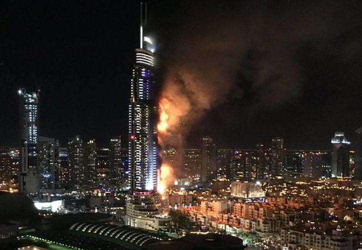 Colosal incendio se desató en un lujoso hotel de Dubái previo a las celebraciones de Año Nuevo. La torre tiene 302 metros de altura. (@akhbar)