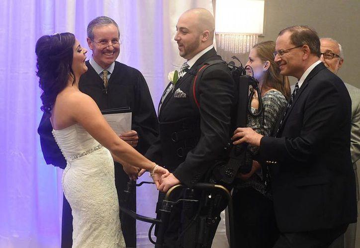 La pareja se casó el pasado sábado y dijo que ensayó con el exoesqueleto para poder caminar. (Agencias)