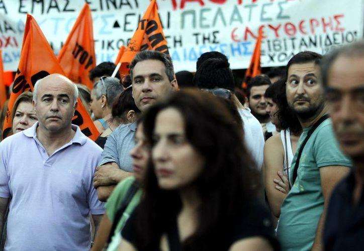 Empleados municipales y maestros durante una protesta frente al Ministerio de Finanzas de Grecia, en Atenas. (EFE)