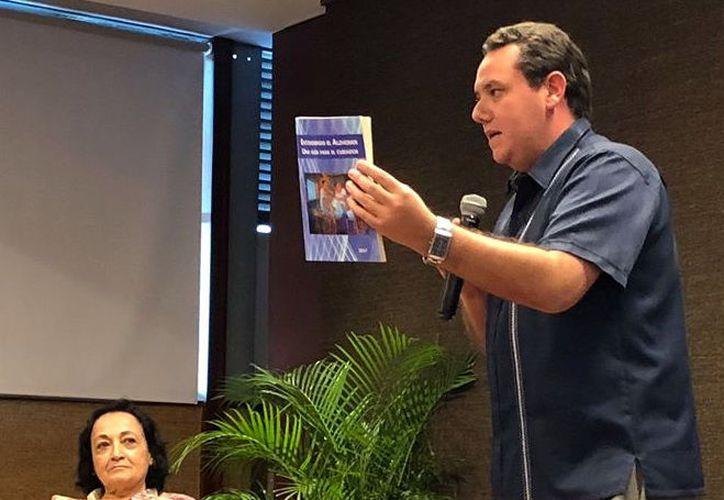 El doctor Efraín Salazar reveló que unos 20 especialistas trabajaron en el compendio. (Foto: Milenio Novedades)