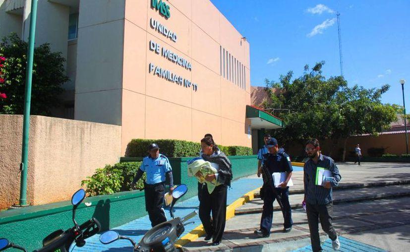 Un bebé fue abandonado ayer en una camioneta estacionada en la clínica 11 del IMSS. (Daniel Pacheco/SIPSE)