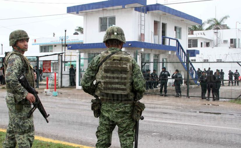 Un grupo de internos causó destrozos en la cárcel de Chetumal y las autoridades entraron para neutralizarlos; la calma regresó ocho horas después. (Joel Zamora/SIPSE)