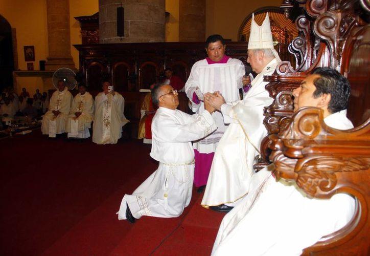 El nuevo diácono profesó su voto de obediencia. (Juan Albornoz/SIPSE)